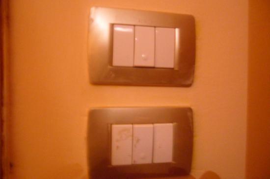 Hotel Erina: Interrupteur crasseux