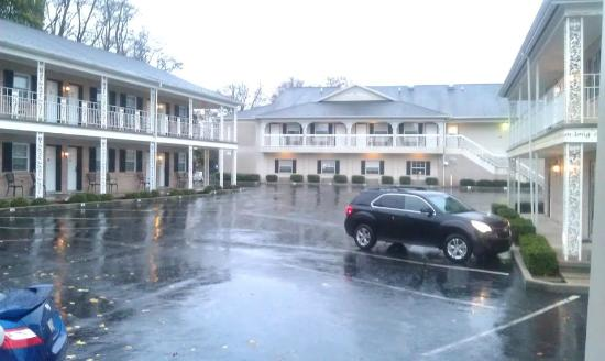 Quality Inn Gettysburg Battlefield: Hotel (empty lot as Hurricane Sandy moved in)