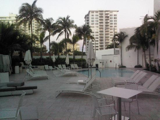 Sonesta Fort Lauderdale Beach: Pool area - too small!