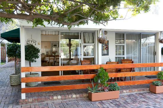 Le Roux's Guest House: Patio