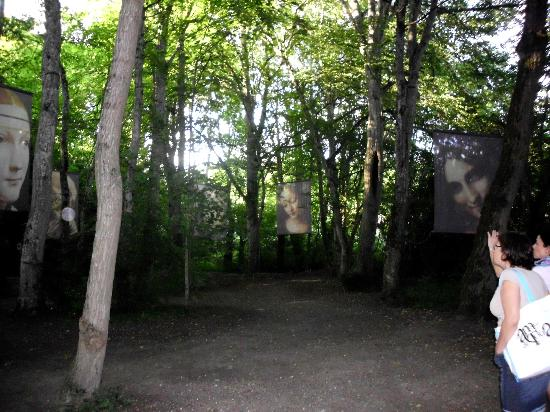 Le Château du Clos Luce - Parc Leonardo da Vinci: telas espalhadas pelo jardim
