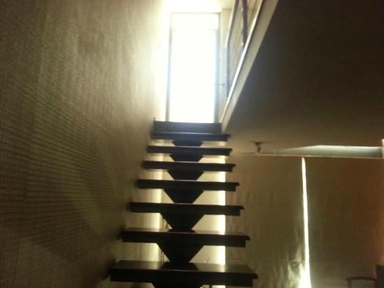 Plaza Suites Apartments: Escaleras