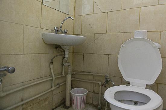 Cecilia Hotel: salle de bain + WC