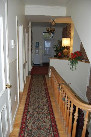 Bed & Breakfast Manoir Mon Calme: upstairs hallway