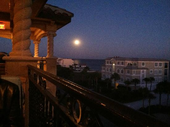 Ocean Lodge: Full Moon from our table at Rooftop Restaurant