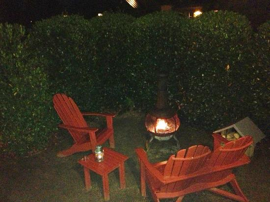 The Cottages of Napa Valley: Outdoor patio at night