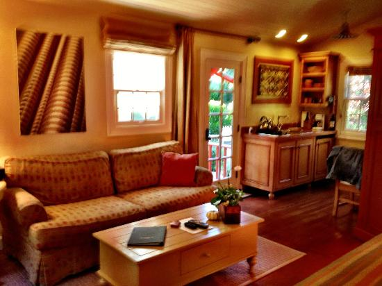 The Cottages of Napa Valley: Ample living room area and shot of kitchen area