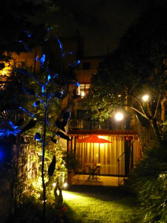 Le Petit Jardin at night