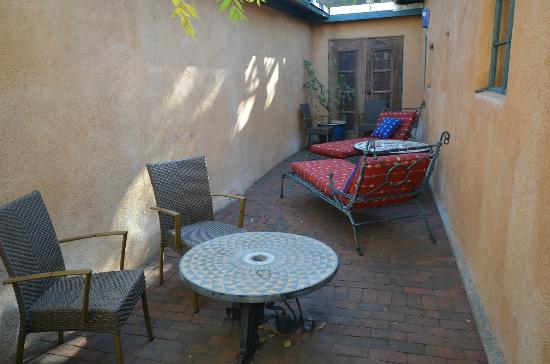 Inn of the Five Graces: Sandalwood Patio