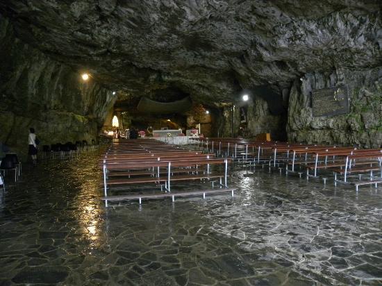 Sant'Omobono Terme, Italie : Il santuario nella grotta