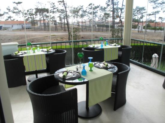 Hotel Dom Vasco: Dining on window shuttered balcony off dining room