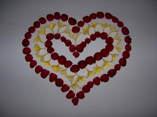 Komaneka at Rasa Sayang: Fresh roses on the bed in the shape of a heart