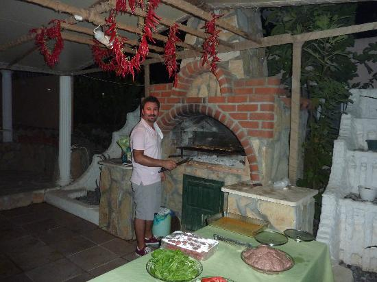 Mehtap Hotel Dalyan: Umit the owner cooking the food for the barbecue