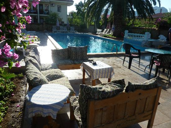 Mehtap Hotel Dalyan: The pool bar has some lovely comfy seating
