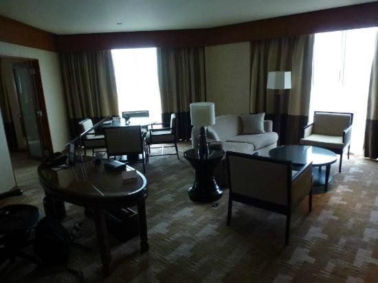 Conrad Bangkok Hotel: Living room.