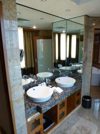 Conrad Bangkok Hotel: Bathroom.