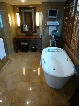 Conrad Bangkok Hotel: Bath tub.