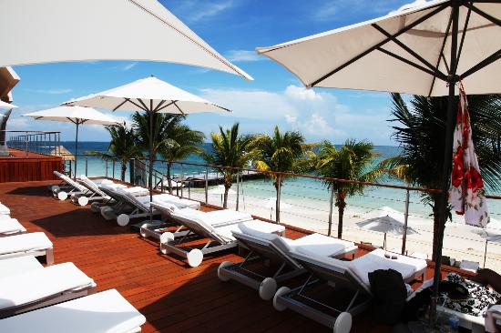 Blue Diamond Luxury Boutique Hotel: Sun Loungers Overlooking the Beach