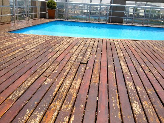 Quality Suites Alphaville: the broken wooden planks at the pool area.