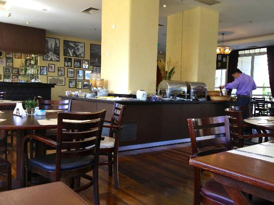 Quality Suites Alphaville: Restaurant at breakfast time