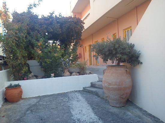 Danaos Beach Hotel: budynek przy ulicy