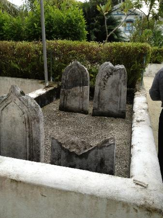 ‪‪Hukuru Miskiiy (Old Friday Mosque)‬: Old graves