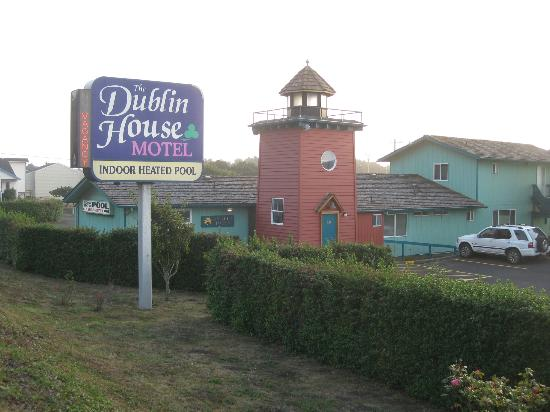 The Dublin House Motel: Entrance Area / Driveway