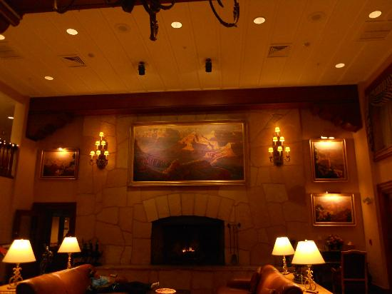 Grand Canyon Railway Hotel: Fireplace, across the reception area.