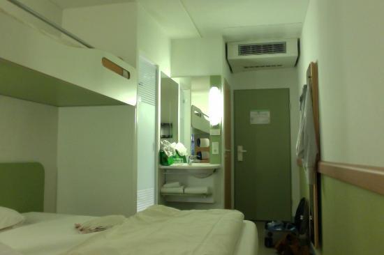 Ibis Budget Darmstadt City : inside the room- door side