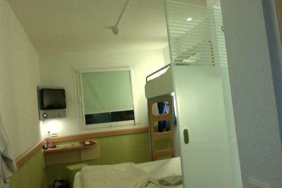 Ibis Budget Darmstadt City : inside the room - window side