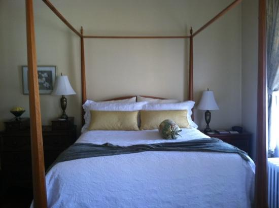 Essex Inn: the yellow room bed- so comfy