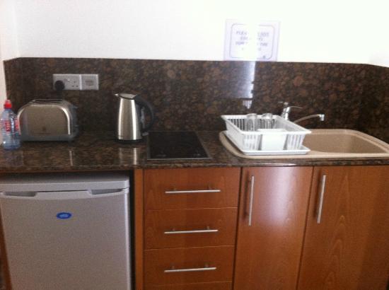 Loutsiana Hotel Apts: Well equipped kitchen