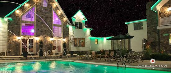 Chelsea Sun Inn: Pool Area at Night