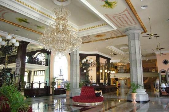 Lobby chandelier picture of hotel riu palace mexico for Americana hotel nyc