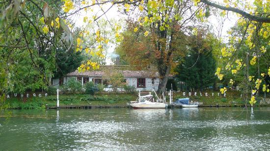 Andresy, Frankreich: L'auberge et son bateau navette (en blanc)