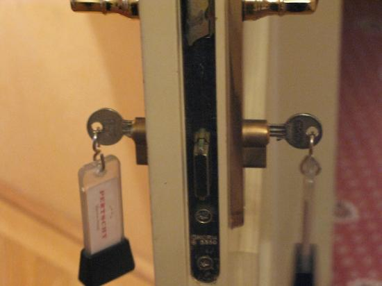 Pertschy Palais Hotel: Notice how one key keeps the other key from fully entering