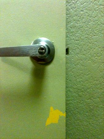 Clarion Hotel & Conference Center: Bathroom door