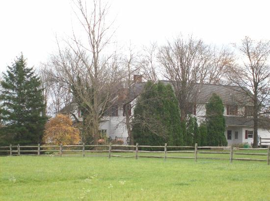 Cornerstone Farm Bed and Breakfast : House seen from driveway