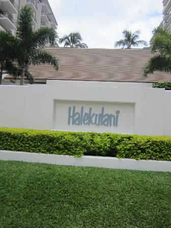 Halekulani Hotel: Outside hotel