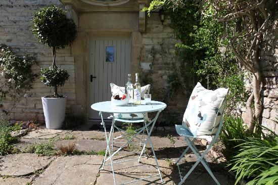 Welton Old Farmhouse: sunny court area ( well sometimes !!!)