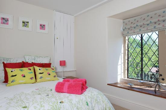 Welton Old Farmhouse: pink room used with silver room 3/4 and single bed