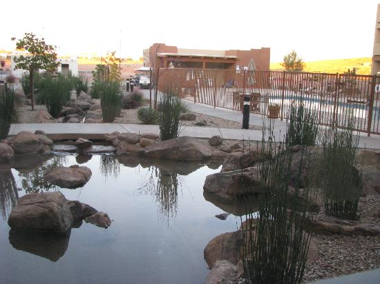 Moenkopi Legacy Inn & Suites: Fountain and pool areas
