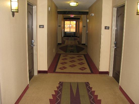 Moenkopi Legacy Inn & Suites: Hallway (nice carpet)