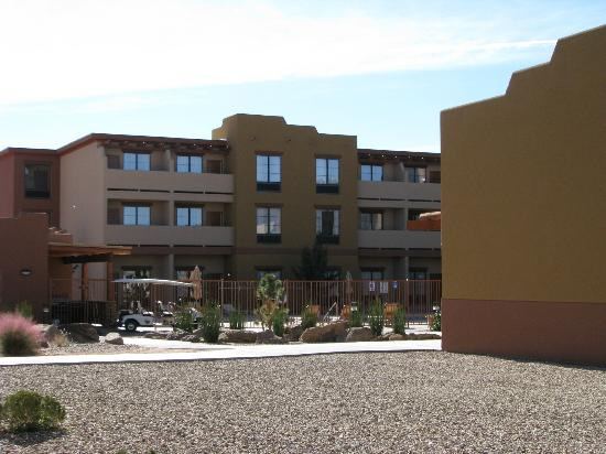 Moenkopi Legacy Inn & Suites: Courtyard/pool (our room on 2nd floor with open drapes)