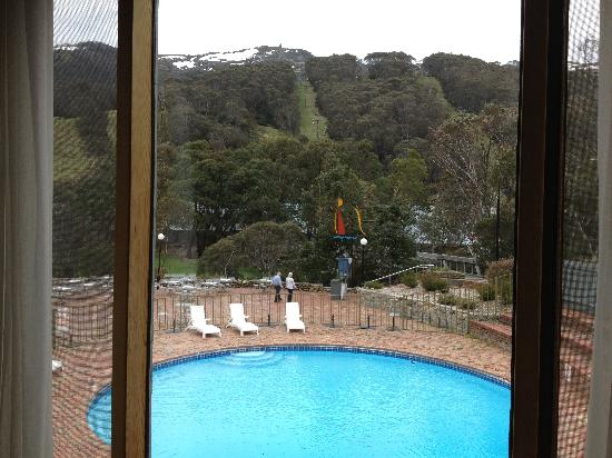 Rydges Thredbo Alpine Hotel: Views to the chairlift and snowcapped peaks from our room