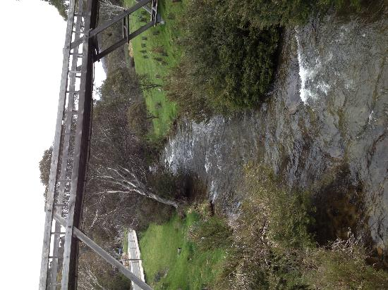 Rydges Thredbo Alpine Hotel : The picturesque Thredbo River runs next to the hotel and the footbridge in the photo leads to th