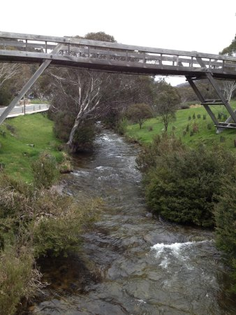 Rydges Thredbo Alpine Hotel: The picturesque Thredbo River runs next to the hotel and the footbridge in the photo leads to th
