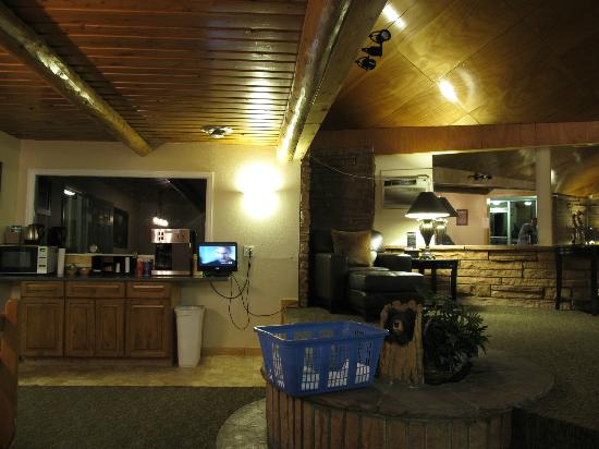 Coyote Mountain Lodge: the lobby