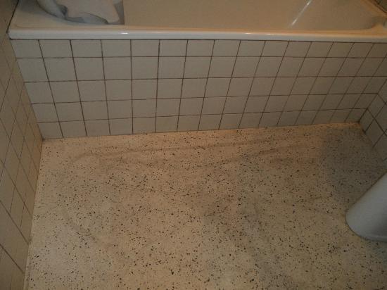 Molhe Apartments-Ponte Nova: suelo del baño
