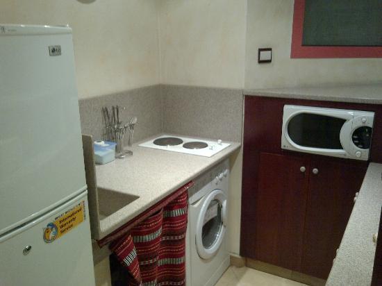 Al Liwan Suites: Cocinita